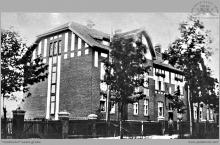 """1936 - Familok przy ul. Piłsudskiego, wcześniej Blücher, później Grunwaldzka, a obecnie Jastrzębska. (skan z monogr. """"Boguszowice"""" M. Kuli)"""