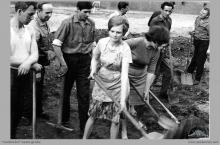 """1966 - Prace społeczne (obowiązkowe dla starających się o mieszkanie zakładowe) przy przebudowie kina """"Zefir"""" w Boguszowicach Osiedlu - (foto ze zbiorów J. Panyło)"""