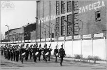 """1983 - Orkiestra górnicza kopalni """"Jankowice"""" w pochodzie 1-majowym - (foto ze zbiorów kopalni/B. Stężały)"""