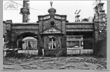 Lata 70-te ub. - Dawna brama główna kopalni, później towarowa – (foto ze zbiorów kopalni)