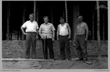 """1974 - 3) Pracownicy KWK """"Jankowice"""" oddelegowani do budowy nowego ośrodka wypoczynkowego w Kątach Rybackich - (foto dostarczone przez L. Adamczyka)"""