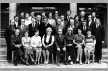 """1974 - Grono nauczycielskie Zasadniczej Szkoły Górniczej przy KWK """"Jankowice"""" w Boguszowicach w roku szkolnym 1974/75 – (foto ze zbiorów R. Paprotnego)"""