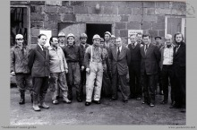 1976 - Zakończenie głębienia szybu VI. W środku dyrektor kopalni mgr inż. Franciszek Sachs – (foto ze zbiorów kopalni)