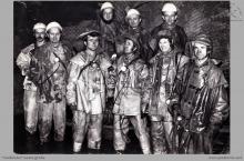 1976 - 3) Zakończenie głębienia szybu VI. Na dnie szybu, w rząpiu – (foto ze zbiorów kopalni)