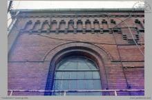 1987 - Górna fasada budynku maszyny wyciągowej, parowej z 1916 roku - (ze zbiorów kopalni/fot. W. Mazur)