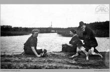 Lata 20-te ub. wieku - Paweł Teubner z żoną, znajomą i psem nad stawem Judasz - (foto ze zbiorów kopalni/H. Konska)
