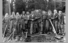 """1950 - Pracownice kopalni """"Jankowice"""" oddelegowane do budowy szosy przez Jankowice, w kierunku Radlina (dzisiejsze ul. Nowa i Niepodległości) – (foto ze zbiorów D. Chrószcza)"""