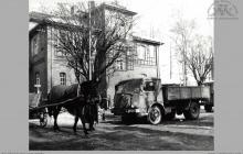 Lata 60-te ub. - Kolejka po węgiel przed bramą towarową. W tle były budynek NOT-u - (foto ze zbiorów Domu Kultury w Boguszowicach-Osiedlu)