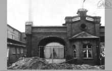 Lata 70-te ub. - Dawna brama główna kopalni, później towarowa – (foto ze zbiorów pani z biblioteki osiedlowej)