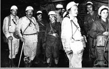 """Lata 70-te ub. - Delegacja zwiedzająca dół kopalni """"Jankowice"""" – (foto ze zbiorów D. Kurczaka)"""