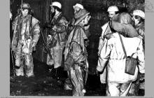 1976 - 1) Zakończenie głębienia szybu VI. Na dnie szybu, w rząpiu – (foto ze zbiorów kopalni)