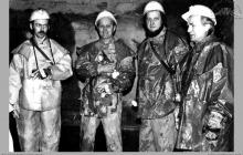 1976 - 2) Zakończenie głębienia szybu VI. Na dnie szybu, w rząpiu – (foto ze zbiorów kopalni)