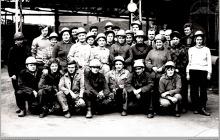 Lata 80-te ub. wieku - Brygada młodzieżowa brykietowni z kierownikiem zakładu inż. E. Kowalskim - (foto ze zbiorów St. Rudka)
