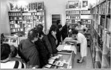 Lata 80-te ub. wieku - 1) Otwarcie księgarni przy szybie VI - (ze zbiorów kopalni/fot. Zenon Keller)