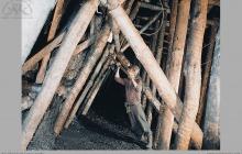 """1997 - Na """"filorach"""". Stawianie obudowy w systemie jankowickim – (foto ze zbiorów kopalni)"""